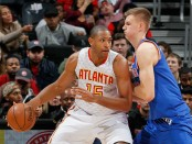 Atlanta Hawks center Al Horford posting up New York Knicks power forward/center Kristaps Porziņģis