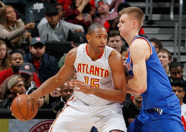 Atlanta Hawks center Al Horford posting up New York Knicks power forward/center Kristaps Porziņģis