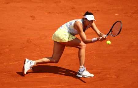 Garbiñe Muguruza uses a backhand to hit the ball back to Yanina Wickmayer in the 2016 French Open