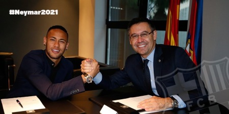 Neymar signing his contract (Photo by FC Barcelona)