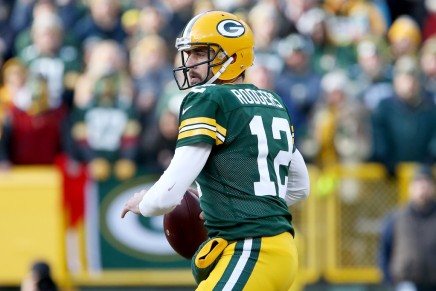 Aaron Rodgers goes down against the Vikings