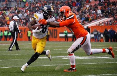 Jamie Collins, Browns linebacker, tries to tackle Pittsburgh Steelers running back Le'Veon Bell (Getty Images)