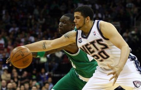 New Jersey Nets' Jordan Williams trying to get the loose ball from Boston Celtics' Mickaël Piétrus (Getty Images)