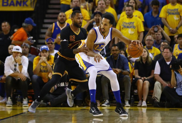 Golden State Warriors guard Shaun Livingston posts up Cleveland Cavaliers guard Mo Williams in Game 7 of the 2016 NBA Finals
