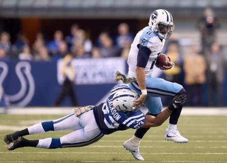 D'Qwell Jackson tries to tackle Tennessee Titans quarterback Marcus Mariota