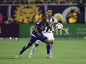 Bryan Róchez battles with Joleon Lescott for a loose ball (Getty Images)