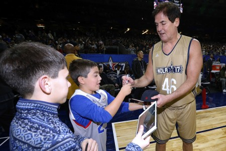 Mark Cuban signing autographs (Getty Images)