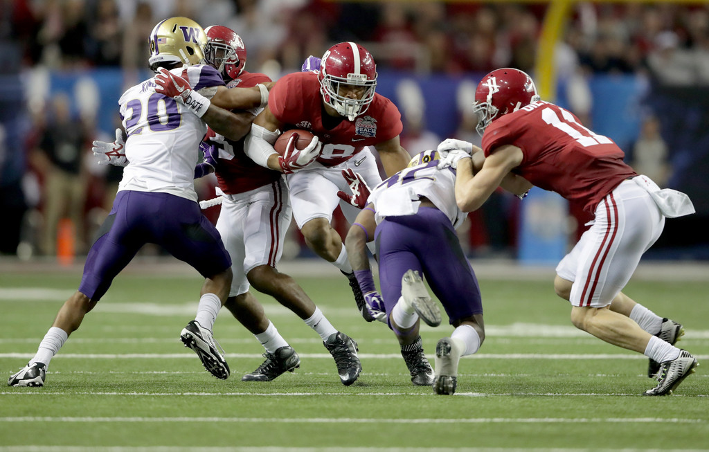 Former Alabama Crimson Tide tight end O.J. Howard runs with the football after making a reception against the Washington Huskies in the 2016 Chick-fil-A Peach Bowl