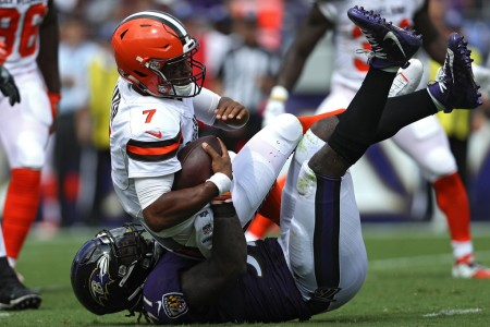 Baltimore Ravens linebacker C.J. Mosley tackling Cleveland Browns quarterback DeShone Kizer (Getty Images)