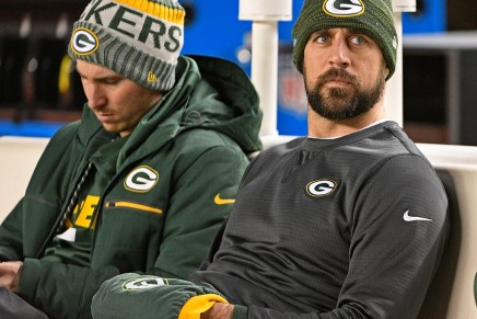 Rodgers announces he's back