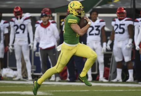Oregon Ducks quarterback Justin Herbert rushing the ball against the Arizona Wildcats (Getty Images)