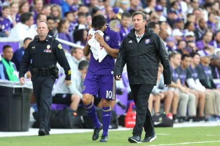 Kaká leaves the pitch during a game with an injury (Getty Images)