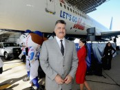 Keith Hernandez standing by a 'Let's Go Mets' Delta plane (Getty Images)