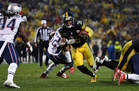 Pittsburgh Steelers running back Le'Veon Bell rushing the ball against the New England Patriots (Getty Images)