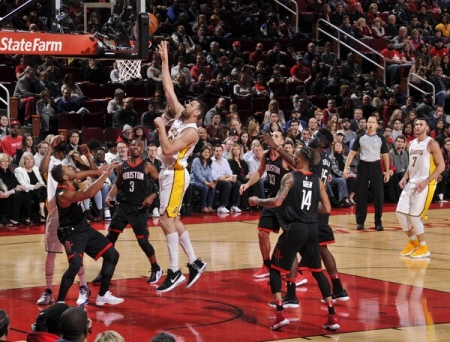 Los Angeles Lakers center Andrew Bogut going up for a shot against the Houston Rockets (Getty Images)