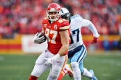 Kansas City Chiefs tight end Travis Kelce making a reception against the Tennessee Titans (Getty Images)