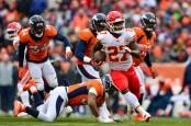 Kansas City Chiefs running back Kareem Hunt rushing the ball against the Denver Broncos (Getty Images)