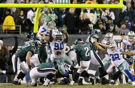 Former Philadelphia Eagles kicker David Akers attempts a field goal against the Dallas Cowboys (Getty Images)