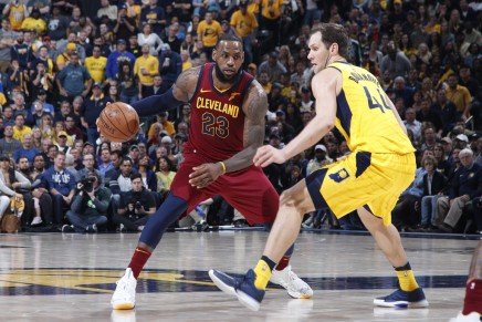 James leads Cavaliers to victory in Game 4