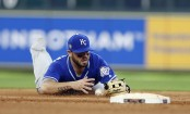 Mike Moustakas attempting to make a play in the field (Getty Images)