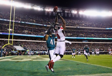 Falcons wide receiver Julio Jones attempting to make a catch against the Philadelphia Eagles (Getty Images)