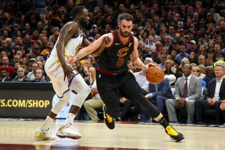 Kevin Love battling with Golden State Warriors forward Draymond Green during the NBA Finals (Getty Images)