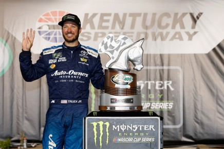 Truex Jr. dominates Kentucky Speedway for second straight year