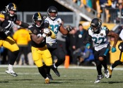 Pittsburgh Steelers running back Le'Veon Bell running the ball against the Jacksonville Jaguars