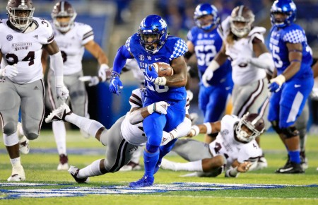 Kentucky Wildcats running back Benny Snell Jr. running the ball against the Mississippi State Bulldogs