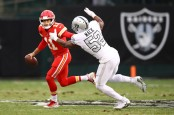 Oakland Raiders defensive end Khalil Mack attempts to sack Alex Smith in a game against the Kansas City Chiefs