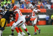 Cleveland Browns quarterback Tyrod Taylor throws a pass in the third quarter against the Pittsburgh Steelers