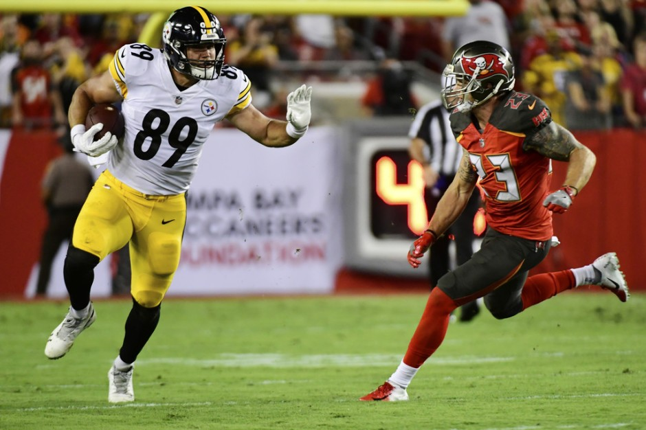 Pittsburgh Steelers tight end Vance McDonald making a catch against the Tampa Bay Buccaneers