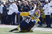 Notre Dame Fighting Irish wide receiver Miles Boykin is tackled by Pittsburgh Panthers' Jason Pinnock