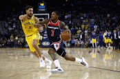 Washington Wizards guard Bradley Beal drives to the basket against the Golden State Warriors