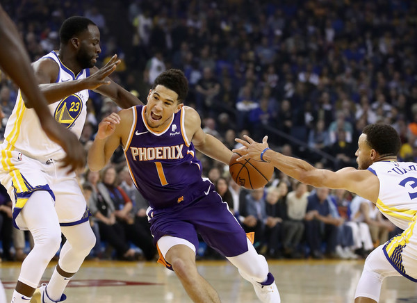 Golden State Warriors forward Draymond Green playing defense against the Phoenix Suns