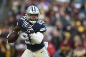 Dallas Cowboys running back Ezekiel Elliott running the ball against the Washington Redskins