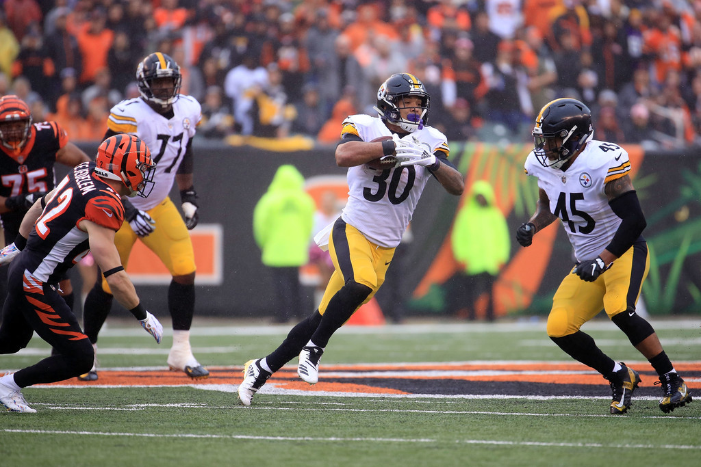 Pittsburgh Steelers running back James Conner running the ball against the Cincinnati Bengals