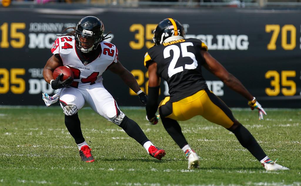 Atlanta Falcons running back Devonta Freeman rushes the ball against the Pittsburgh Steelers