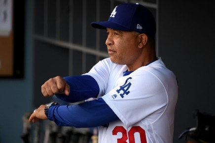 Dodgers sign Dave Roberts to an extension
