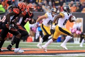 Pittsburgh Steelers wide receiver Antonio Brown runs away from the Cincinnati Bengals defenders after making a reception