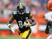 Pittsburgh Steelers wide receiver Antonio Brown makes a reception against the Cleveland Browns