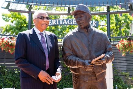 Baseball legend Frank Robinsondies