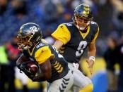 San Diego Fleet quarterback Philip Nelson hands off the ball to Ja'Quan Gardner against the Atlanta Legends