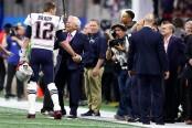 New England Patriots owner Robert Kraft talks to star Tom Brady on the field before Super Bowl LIII