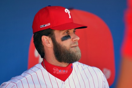 Harper hits home run in first hit with Phillies