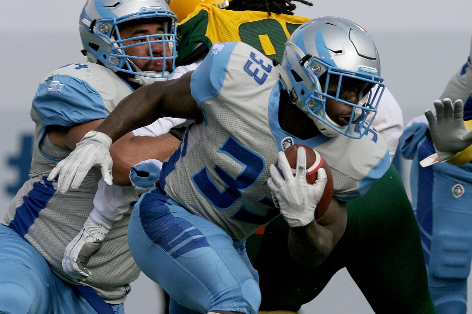 Salt Lake Stallions running back Branden Oliver rushing the ball against the Arizona Hotshots