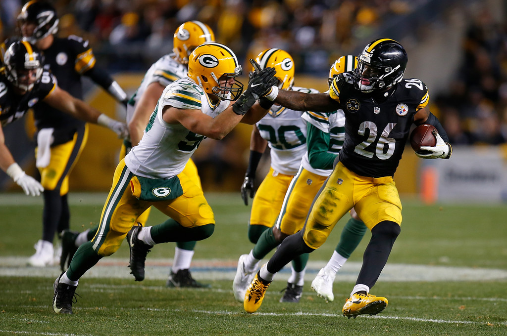 Former Pittsburgh Steelers running back Le'Veon Bell running the ball against the Green Bay Packers