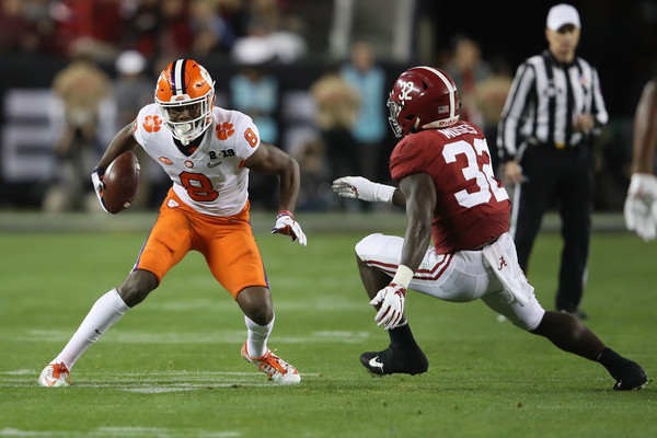 Alabama Crimson Tide linebacker Dylan Moses attempts to tackle Justyn Ross against the Clemson Tigers