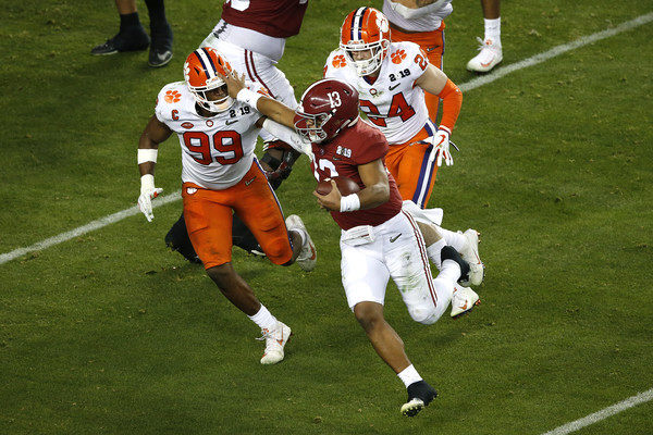 Alabama Crimson Tide quarterback Tua Tagovailoa attempts to block Clelin Ferrell against the Clemson Tigers