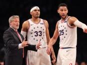 Philadelphia 76ers head coach Brett Brown speaks to Tobias Harris and Ben Simmons against the Brooklyn Nets